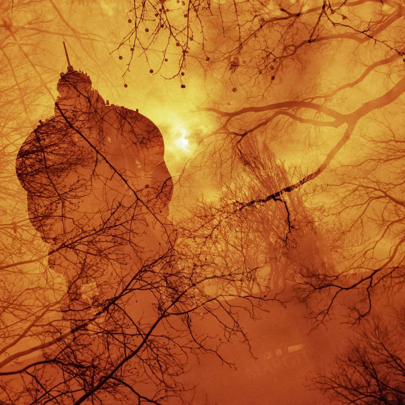 Mehrfachbelichtung eines Leuchtturms mit Bäumen in gelb, rot und orange