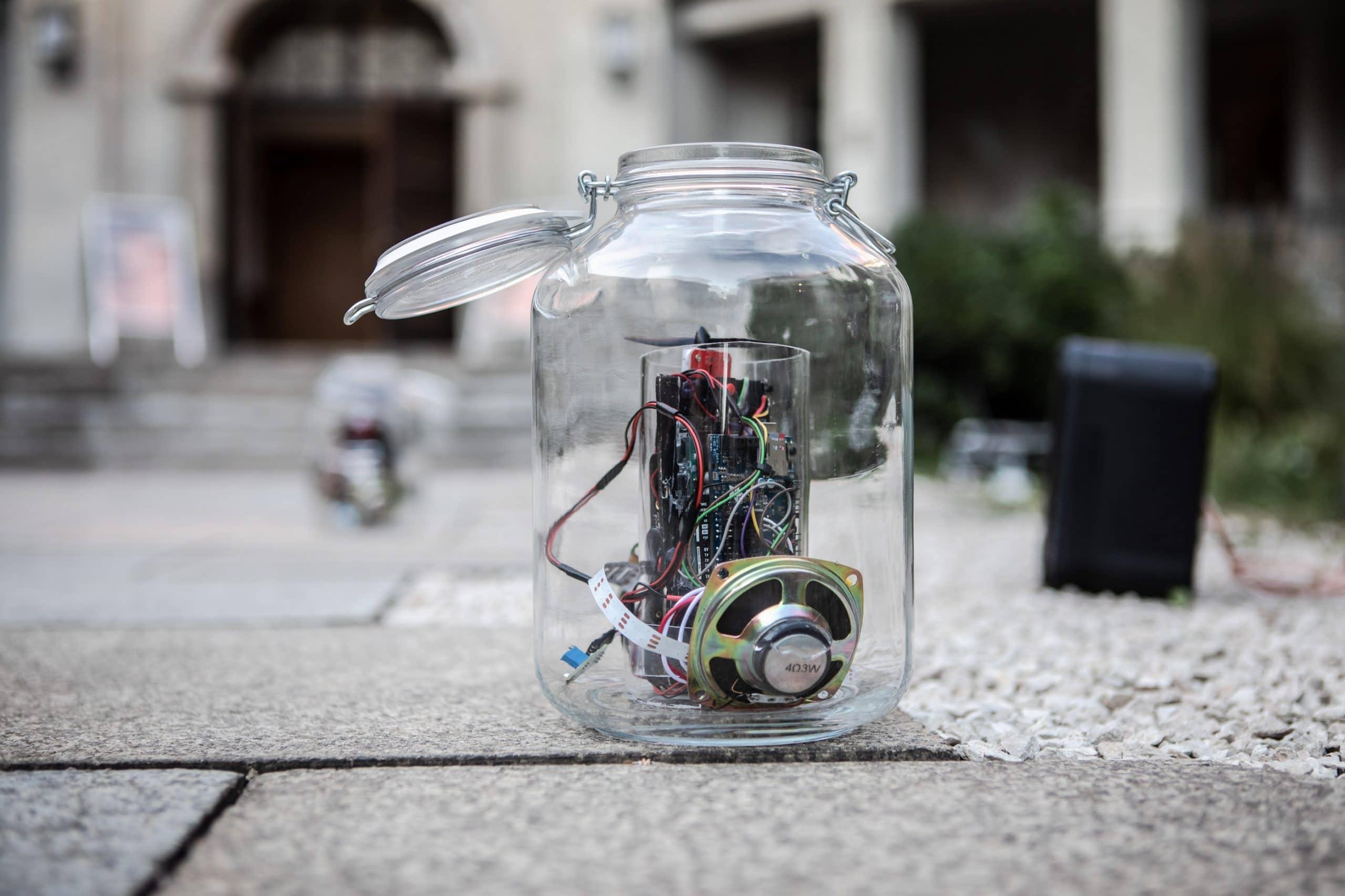 Lautsprecher in Elektronik in einem Glas