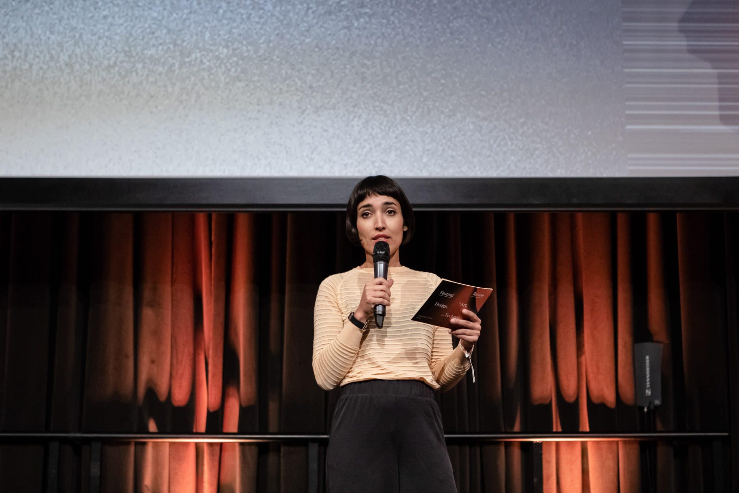 Moderatorin Fernanda Parente auf der Bühne beim Retune Festival 2018