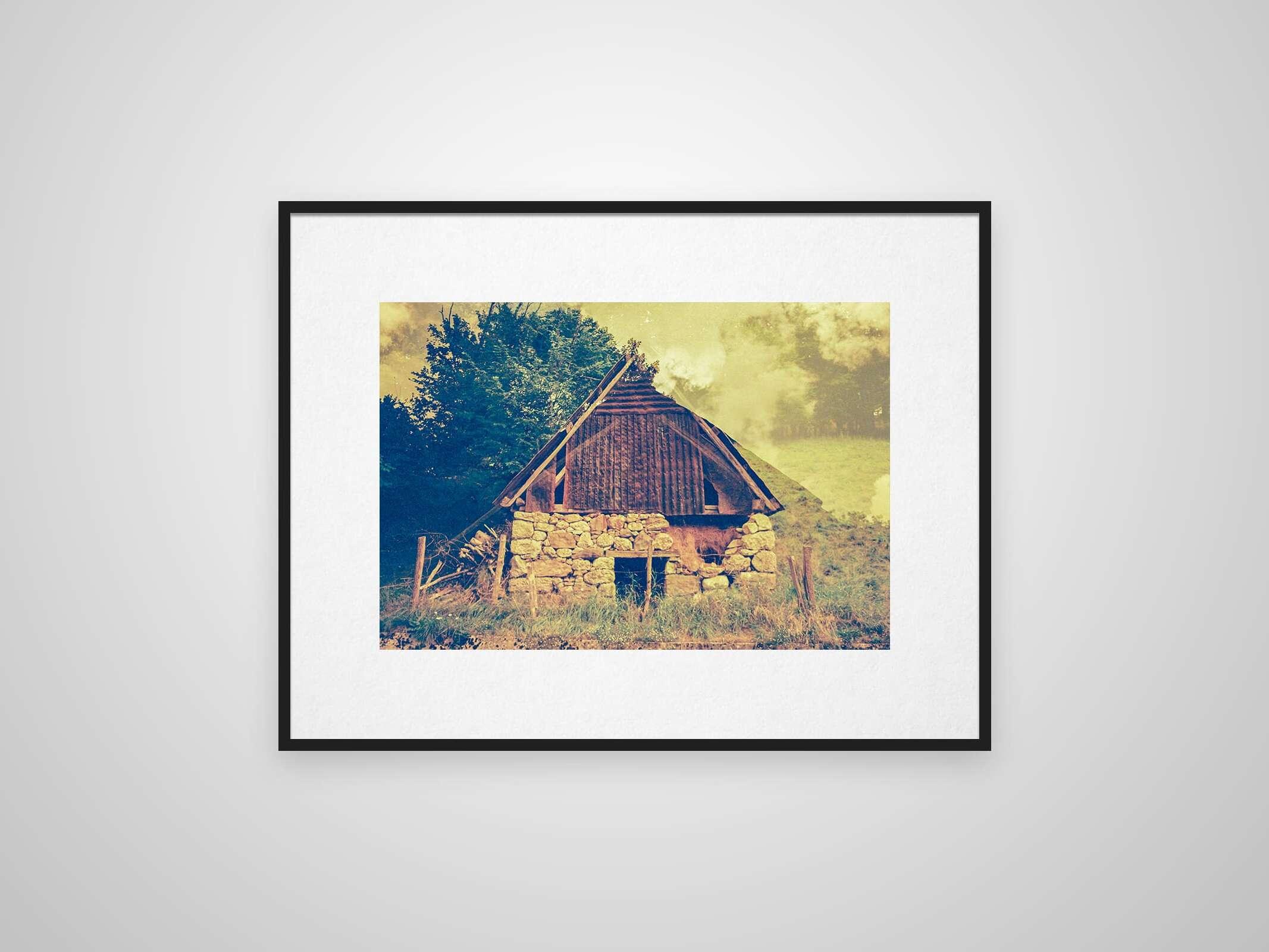 Mehrfachbelichtung einer slowenischen Hütte in einem Rahmen an der Wand
